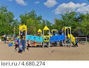 Новая детская площадка, эксклюзивное фото № 4680274, снято 29 мая 2013 г. (c) Геннадий Соловьев / Фотобанк Лори