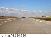 Купить «Взлетно-посадочная полоса аэропорта», эксклюзивное фото № 4680786, снято 21 апреля 2013 г. (c) Юрий Морозов / Фотобанк Лори