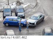 Купить «Водители легковых автомобилей на месте ДТП осматривают повреждения», фото № 4681462, снято 26 марта 2013 г. (c) Кекяляйнен Андрей / Фотобанк Лори