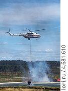 Купить «Пожарный вертолет набирает воду в подвесной водосбросный ковш из пожарного водоема», фото № 4681610, снято 16 октября 2018 г. (c) Игорь Долгов / Фотобанк Лори