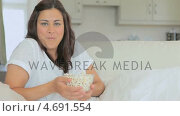 Купить «Video of woman eating popcorn while laughing », видеоролик № 4691554, снято 16 февраля 2019 г. (c) Wavebreak Media / Фотобанк Лори