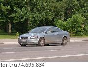 Купить «Купе Volvo мчится по дороге», фото № 4695834, снято 31 мая 2013 г. (c) Павел Кричевцов / Фотобанк Лори