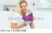 Купить «Woman reading a novel», видеоролик № 4696046, снято 22 июля 2019 г. (c) Wavebreak Media / Фотобанк Лори