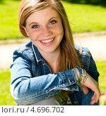 Купить «Радостная молодая девушка в парке», фото № 4696702, снято 15 мая 2013 г. (c) CandyBox Images / Фотобанк Лори
