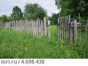 Купить «Подмосковье. Дача. Старый некрашеный забор с калиткой.», фото № 4698438, снято 1 июня 2013 г. (c) Наталья Николаева / Фотобанк Лори