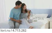 Купить «Lovely couple smeling a rose», видеоролик № 4713282, снято 17 июля 2019 г. (c) Wavebreak Media / Фотобанк Лори