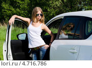 Купить «Стильная девушка стоит возле белого автомобиля», фото № 4716786, снято 29 мая 2012 г. (c) Воронин Владимир Сергеевич / Фотобанк Лори