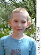 Купить «Портрет мальчика-подростка в весеннем саду», фото № 4717054, снято 1 июня 2013 г. (c) Землянникова Вероника / Фотобанк Лори