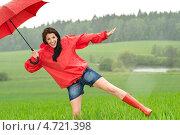 Купить «Веселая девушка гуляет под дождем», фото № 4721398, снято 29 мая 2013 г. (c) CandyBox Images / Фотобанк Лори