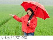 Купить «Девушка под зонтом ловит ладонью капли дождя», фото № 4721402, снято 29 мая 2013 г. (c) CandyBox Images / Фотобанк Лори