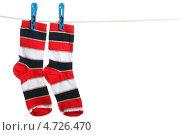 Купить «Разноцветные полосатые носки, висящие на бельевой веревке», фото № 4726470, снято 16 марта 2012 г. (c) Paleka / Фотобанк Лори