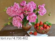 Купить «Натюрморт с пионами и клубникой», фото № 4730402, снято 6 июня 2013 г. (c) Julia Ovchinnikova / Фотобанк Лори