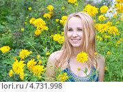 Смеющаяся девушка среди желтых летних цветов. Стоковое фото, фотограф Анна Гучек / Фотобанк Лори