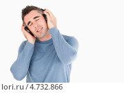 Купить «Меломан слушает музыку», фото № 4732866, снято 3 августа 2011 г. (c) Wavebreak Media / Фотобанк Лори