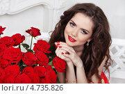 Купить «Привлекательная девушка с букетом красных роз в современном интерьере», фото № 4735826, снято 29 апреля 2013 г. (c) Photobeauty / Фотобанк Лори