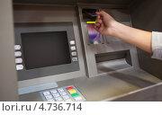 Купить «Рука человека, вставляющего кредитную карту в банкомат», фото № 4736714, снято 19 августа 2011 г. (c) Wavebreak Media / Фотобанк Лори