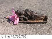 Купить «Деревянный Будда с цветком рододендрона», эксклюзивное фото № 4736766, снято 6 июня 2013 г. (c) Наташа Антонова / Фотобанк Лори