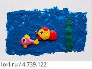Купить «Аппликация из пластилина,две рыбки плывут в синей воде и водоросли, на светло-сером  фоне», фото № 4739122, снято 20 апреля 2012 г. (c) Фесенко Сергей / Фотобанк Лори