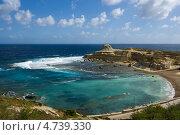 Красивый вид на залив и скалы недалеко от города Зеббудж на острове Гозо. Мальта (2013 год). Стоковое фото, фотограф Галина Вишнякова / Фотобанк Лори