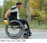 Спортсмен колясочник на соревнованиях по бегу (2012 год). Редакционное фото, фотограф Геннадий чупругин / Фотобанк Лори