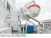 Купить «Палуба на круизном лайнере и спасательный бот», фото № 4740050, снято 27 апреля 2013 г. (c) Parmenov Pavel / Фотобанк Лори