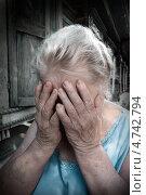 Купить «Расстроенная пожилая женщина закрыла лицо руками», фото № 4742794, снято 24 июня 2010 г. (c) NataMint / Фотобанк Лори