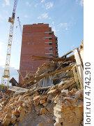 Разрушенное здание и строящееся. Стоковое фото, фотограф Владимир Ворона / Фотобанк Лори