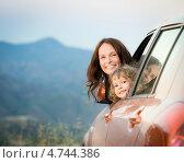 Счастливые мама с дочкой выглядывают из автомобиля. Стоковое фото, фотограф yarruta / Фотобанк Лори