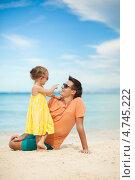 Купить «Счастливый отец и дочь на пляже», фото № 4745222, снято 7 мая 2013 г. (c) Дмитрий Травников / Фотобанк Лори