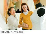 Купить «Пожилая женщина с девушкой выбирают белое свадебное платье», фото № 4746386, снято 19 декабря 2012 г. (c) Яков Филимонов / Фотобанк Лори