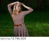 Купить «Красивая девушка в пёстром платье стоит в летнем лесу», фото № 4746654, снято 13 июня 2011 г. (c) Станислав Фридкин / Фотобанк Лори