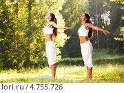 Две девушки занимаются йогой в парке. Стоковое фото, фотограф Иван Михайлов / Фотобанк Лори