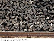 Старые деревянные шпалы сложенные у железной дороги. Стоковое фото, фотограф EugeneSergeev / Фотобанк Лори