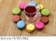 Чашка чая и разноцветное печенье макаруны. Стоковое фото, фотограф Смирнов Константин / Фотобанк Лори