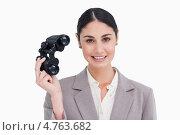 Купить «Довольная предпринимательница держит в руке бинокль», фото № 4763682, снято 8 ноября 2011 г. (c) Wavebreak Media / Фотобанк Лори