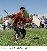 Купить «Абориген Камчатки в национальном костюме танцует с бубном», фото № 4765494, снято 15 июня 2013 г. (c) А. А. Пирагис / Фотобанк Лори