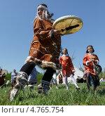 Купить «Девушка в национальном костюме аборигенов Камчатки танцует с бубном», фото № 4765754, снято 15 июня 2013 г. (c) А. А. Пирагис / Фотобанк Лори