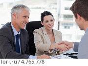 Женщина-менеджер пожимает руку клиенту. Старший менеджер улыбается. Стоковое фото, агентство Wavebreak Media / Фотобанк Лори