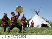 Купить «Аборигены Камчатки в национальных костюмах танцуют возле яранги», фото № 4765802, снято 15 июня 2013 г. (c) А. А. Пирагис / Фотобанк Лори