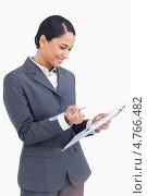Купить «Радостнаякрасивая деловая женщина держит в руках специальную доску и маркер», фото № 4766482, снято 8 ноября 2011 г. (c) Wavebreak Media / Фотобанк Лори