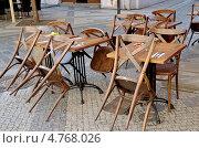 Купить «Прага. Уличное кафе в ожидании посетителей», эксклюзивное фото № 4768026, снято 26 апреля 2013 г. (c) Илюхина Наталья / Фотобанк Лори