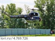 Первые московские вертолетные гонки, Клин. Вертолет Ми-2 подходит к точке старта (2013 год). Редакционное фото, фотограф Alexei Tavix / Фотобанк Лори