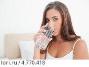 Молодая женщина пьет воду из стакана. Стоковое фото, агентство Wavebreak Media / Фотобанк Лори