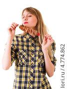 Девушка вдыхает аромат шашлыка. Стоковое фото, фотограф Коваль Василий / Фотобанк Лори