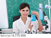 Купить «Химик или лаборантка с колбой синего раствора», фото № 4775906, снято 19 января 2013 г. (c) Андрей Попов / Фотобанк Лори