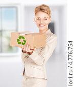 Купить «Молодая женщина с коробкой, подходящей для вторичной переработки», фото № 4776754, снято 12 декабря 2009 г. (c) Syda Productions / Фотобанк Лори