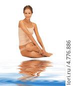 Купить «Стройная молодая женщина в скромном хлопковом белье сидит у воды», фото № 4776886, снято 16 сентября 2012 г. (c) Syda Productions / Фотобанк Лори