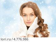 Купить «Красивая девушка в белых варежках на фоне неба и снегопада», фото № 4776986, снято 10 октября 2010 г. (c) Syda Productions / Фотобанк Лори