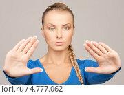 Купить «Молодая серьезная женщина показывает жест стоп», фото № 4777062, снято 8 мая 2010 г. (c) Syda Productions / Фотобанк Лори