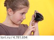Девочка смотрит сколько у нее денег в кошельке. Стоковое фото, фотограф Phovoir Images / Фотобанк Лори